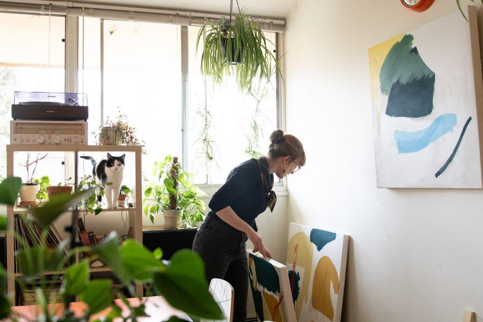 elaine-wendt-browsing-paintings